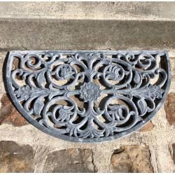 Tapis Gratte Pieds en Forme de Demi Lune ou Paillasson Motifs Volutes et Feuilles en Fonte Patinée Gris 1x39,5x68cm